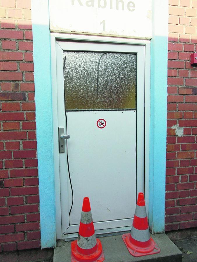Die Tür  wurde zuletzt demoliert. Jetzt ist sie versperrt.