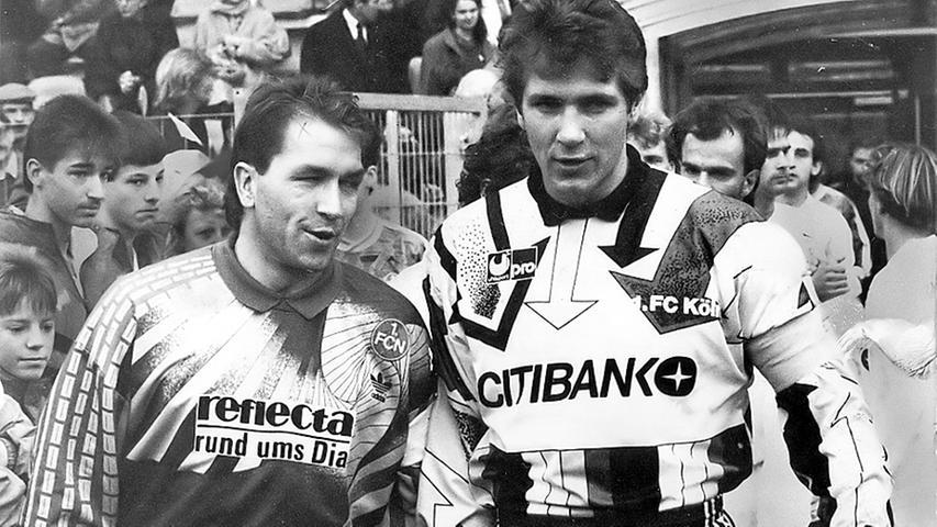 Als der 1. FC Köln am 31. Oktober 1992 - ein halbes Jahr später also - im Frankenstadion gastiert, ist das zugleich ein Duell der Torhüter. Noch genießt Bodo Illgner in der Nationalmannschaft das Vertrauen von Bundestrainer Berti Vogts, doch sitzt ihm mit dem Nürnberger Andreas Köpke ein ambitionierter - und nach Meinung vieler Experten besserer - Herausforderer im Nacken. Nachdem Hansi Dorfner in der 41. Minute bereits mit einem Elfmeter an Illgner gescheitert ist, zeigt Schiedsrichter Hartmut Strampe vier Minuten später erneut auf den Punkt. Diesmal nimmt Köpke die Sache selbst in die Hand. Unter dem Jubel der Fans und