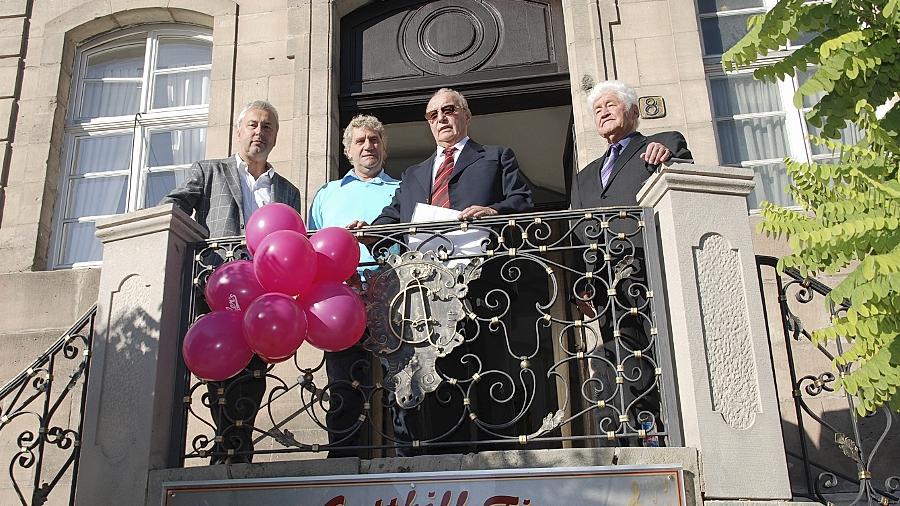 Am Treppenaufgang des Ritterhauses sind  (v. li.) Jochen Greller (Grellers Backhaus), Jean-Marie Pfaff, Franz Stegner und Gotthilf Fischer aufmarschiert.  Zu ihren Füßen: das Café.