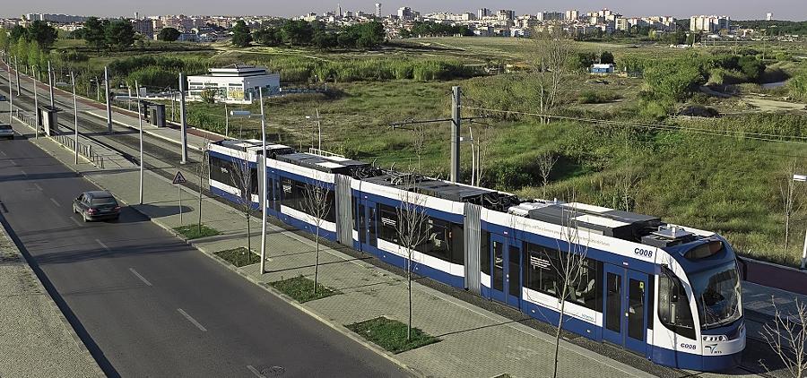 In ganz Europa setzt die Politik zunehmend auf schienengebundenen Nahverkehr: Südlich von Lissabon verbindet diese Bahn die Städte Almada und Seixal.