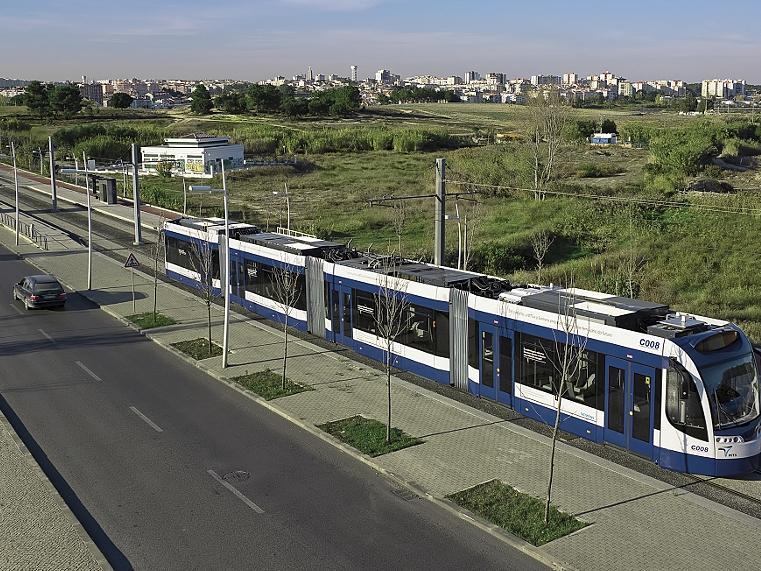 Seit  2008 fährt ein schienengebundes Nahverkehrsfahrzeug  zwischen den südlich von Lissabon liegenden Städten Almada und Seixal im Pendelverkehr. So ähnlich konnte auch die StUB von Nürnberg nach Erlangen düsen.