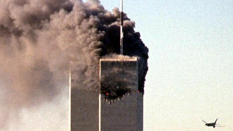 Etwa 3000 Menschen fielen den Terroranschlägen vom 11. September 2001 in den USA zum Opfer - die meisten davon im Zusammenhang mit dem Einsturz der Zwillingstürme des World Trade Center in New York. Obwohl die islamistische Terrororganisation al-Qaida als Urheberin der Anschläge feststeht, sind einige Amerikaner der Ansicht, dass die US-Regierung die Terror-Aktionen entweder selbst geplant oder sie zumindest geduldet hat, um ihren Antiterror-Krieg und die Einschränkung der Bürgerrechte zu legitimieren.Die Vorwürfe gegen die angeblichen Verschwörer sind vielfältig: So sollen beispielsweise die Gebäude des World Trade Center gesprengt worden sein (ebenso wie das Gebäude Nr. 7, das nicht von den Flugzeugen getroffen wurde) oder die Flugzeuge mit Sprengstoff präpariert und teilweise ferngesteuert gewesen sein. Obwohl - wie so oft - auch hier die Vorwürfe wissenschaftlich entkräftet wurden und unzählige Menschen eingeweiht hätten sein müssen, kursieren die Theorien um den 11. September nach wie vor mit unverminderter Intensität.