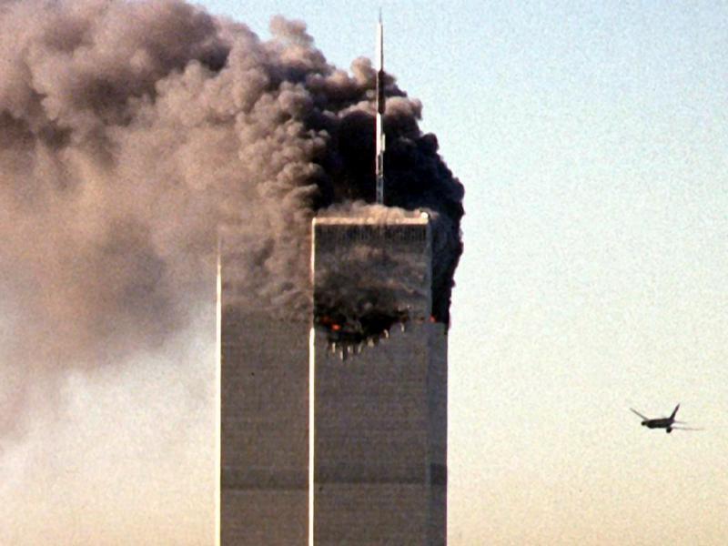 Das zweite Flugzeug steuert auf den noch unversehrten Turm des World Trade Centers in New York zu (Archivfoto vom 11.09.2001).