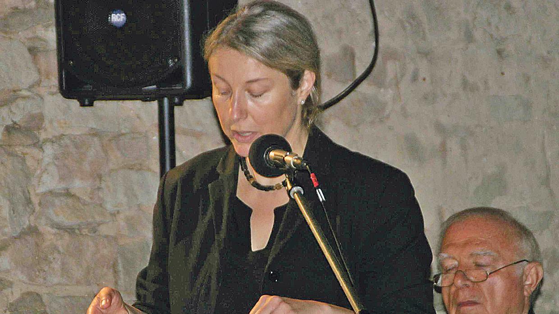 Sehr gut besuchte Vernissage: Bei der Eröffnung der Ausstellung von Gesa Will im Ellinger Karlshof führte Kunsthistorikerin Christiane Lischka-Seitz in das Werk der Fürtherin ein.