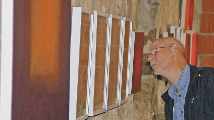 Die Besucher der Vernissage nahmen die Bilder in der stimmungsvollen Scheune des Anwesens anschließend genau unter die Lupe.