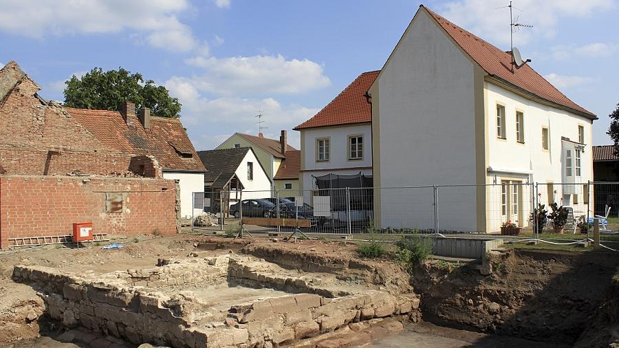 Eine kleine Sensation ist das Entdecken der Überreste der historischen Wasserburg von Bislohe. Die freigelegten Grundmauern (mit dem erhaltenen Teil des Herrensitzes dahinter) bestätigen Rekonstruktionsskizzen aus den 1960er Jahren.