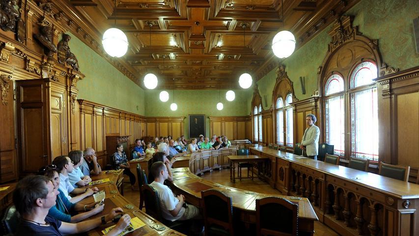 Prunkvolle Einblicke lieferte der Sitzungssaal im Fürther Rathaus mit seinen Holzvertäfelungen.