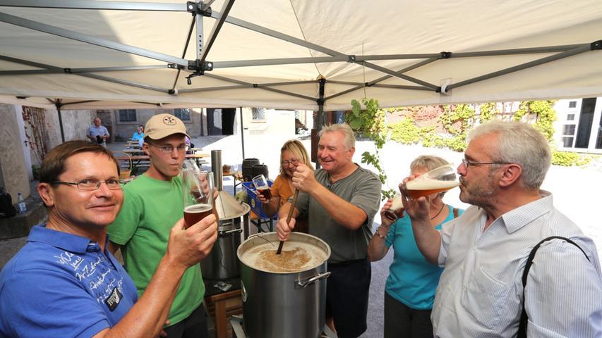 Im Innenhof des Erlanger Stadtmuseums kam man in den Genuss einer Brauereivorführung. Ein frisch gebrautes Bier kam einigen bei den spätsommerlichen Temperaturen gerade recht.