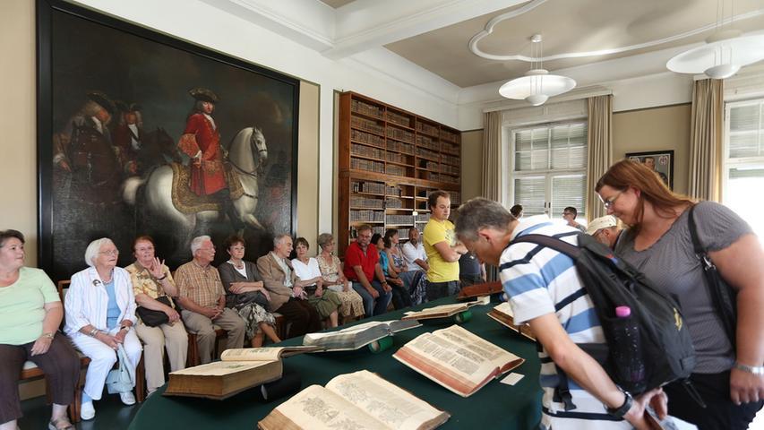 In historischen Büchern konnten einige Interessierte in der alten Universitätsbibliothek in Erlangen schmökern.