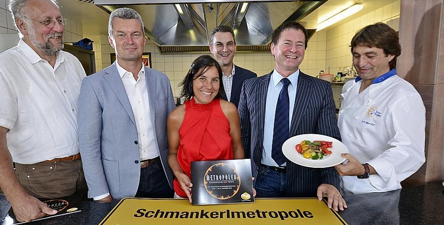 """Freuen sich auf die 22. Schmankerlwochen (v. li.): Egbert Schwab, Werner Thumann, Iris Nutz (""""Lex), Rainer Seitz, OB Thomas Thumann und Lex-Küchenchef Johann Herrler."""