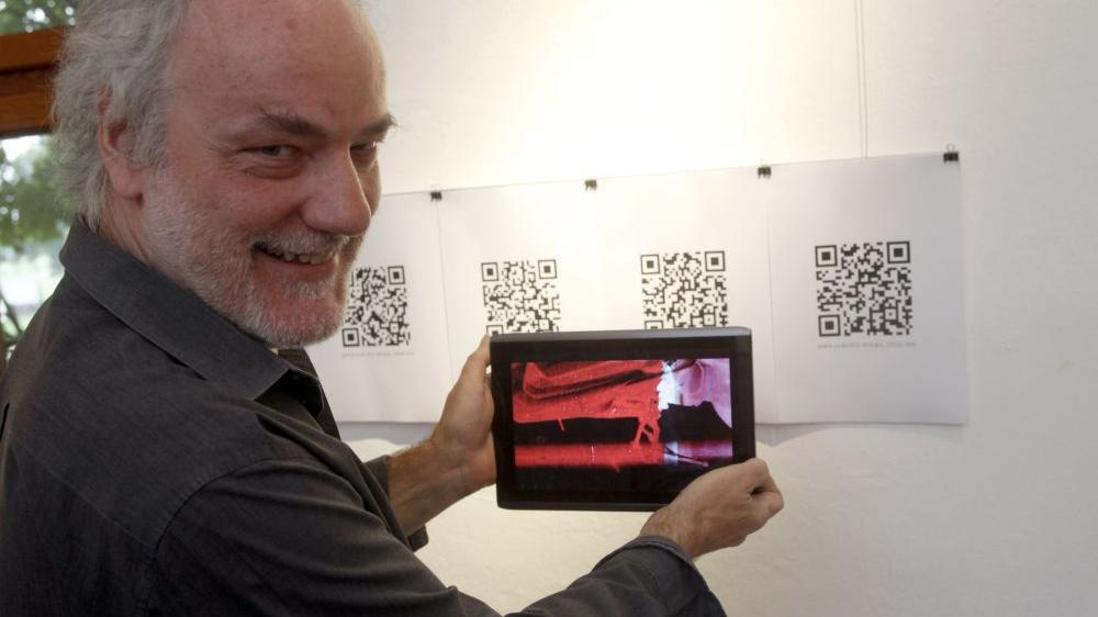 Ein Pionier der Neuen Medien: Der Nürnberger Künstler Christian Oberlander ist mit der modernen Technik bestens vertraut, in seiner Ausstellung in Schloss Almoshof will er die Besucher mit Hilfe der QR-Codes zu mehr Interaktion auffordern.