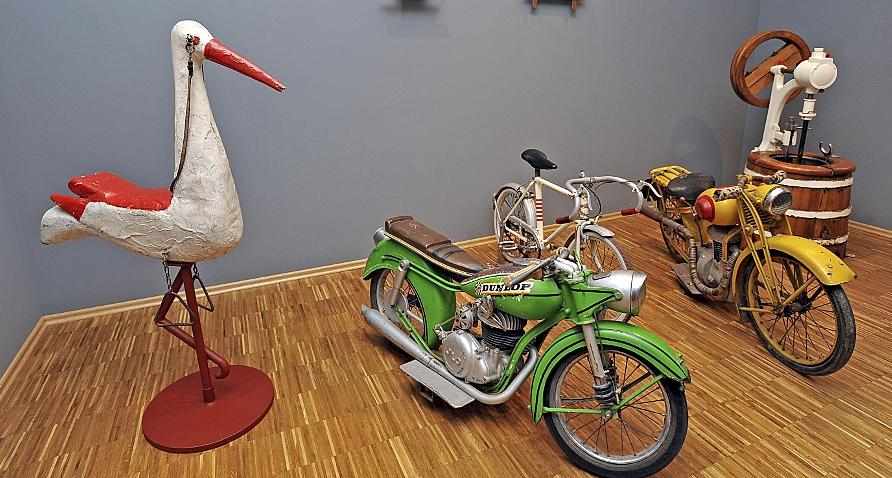 Karussell-Vergnügen anno dazumal: Auch ein Storch und zwei flotte Motorräder, auf denen Kinder ihre Runden drehen durften, sind im Stadtmuseum zu sehen.