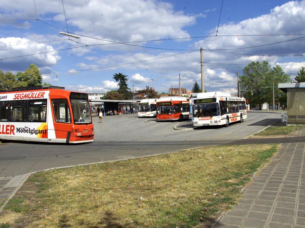 Sollte die StUB abgelehnt werden, wird vermutlich das alternativ zur StUB bewertete regional-optimierte Bussystem umgesetzt. Diese Grundsatzentscheidungen wirken sich auf den ÖPNV im Großraum aus (hier eine Szene am derzeitigen Endpunkt der Straßenbahn in Nürnberg-Thon, an dem Fahrgäste in Busse nach Erlangen umsteigen können).