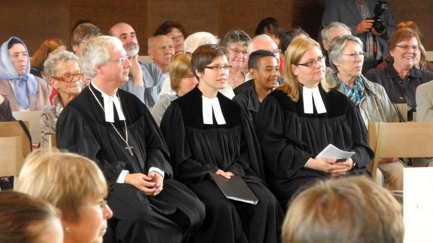 Beim Gemeindefest 2012 wurde Pfarrerin Andrea Schäfer (Mitte) in ihr Amt eingeführt. Links Dekan Peter Huschke, rechts Pfarrerin Kristine Wachter aus Oberfranken, die assistierte.
