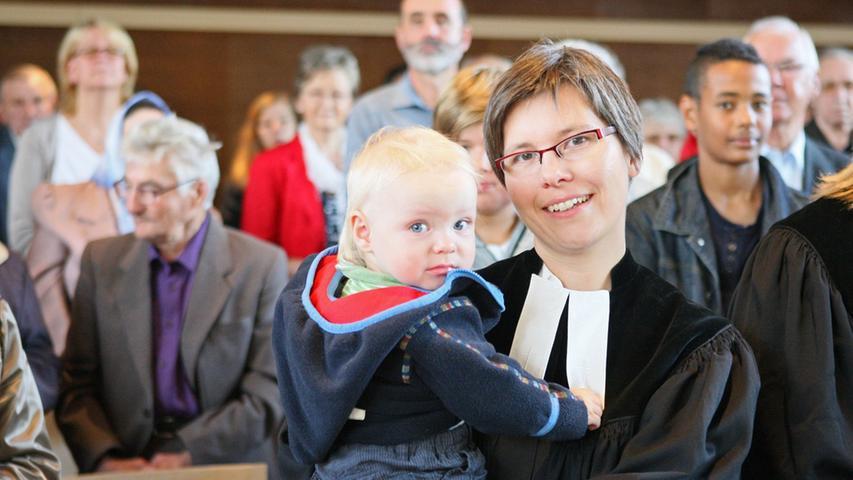 Pfarrerin Andrea Schäfer mit Sohn Hauke vor Beginn des Gottesdienstes.