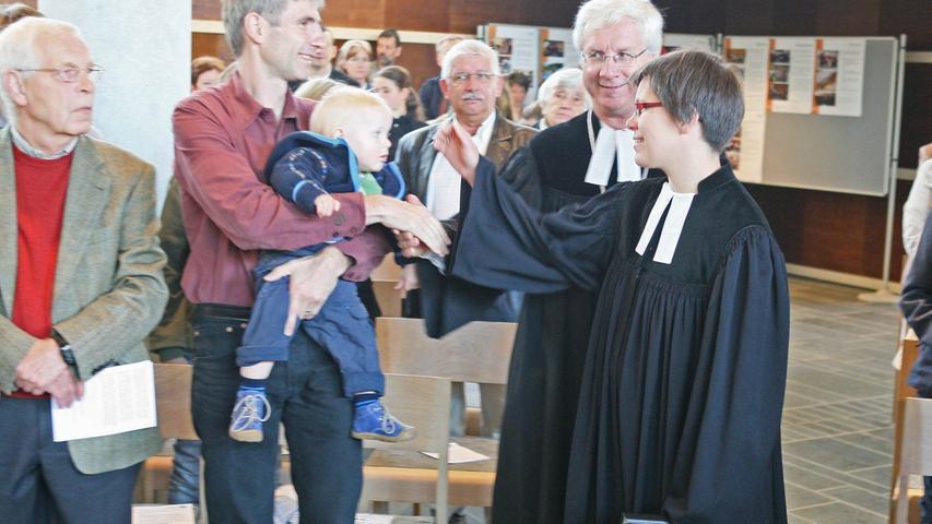 Pfarrerin Andrea Schäfer mit Sohn Hauke und Ehemann Harald vor Beginn des Gottesdienstes.