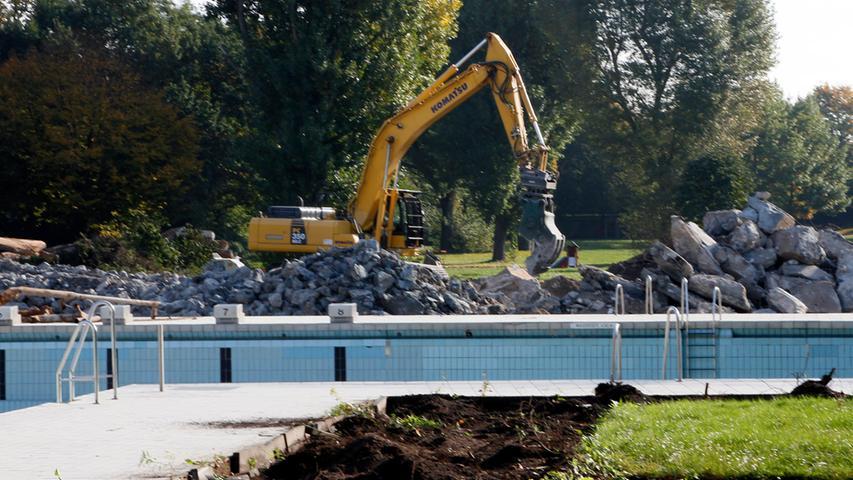 Die Schwimmbecken versinken im Trümmermeer.