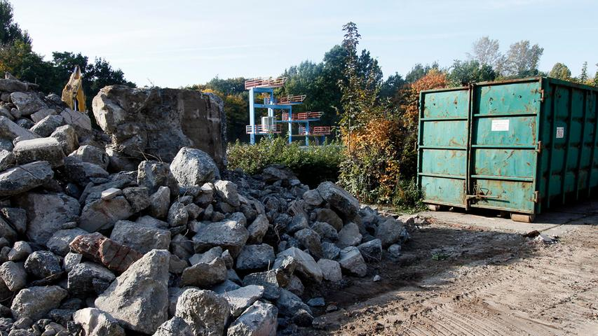 Riesige Gesteinsbrocken liegen vor dem Sprungturm, der erhalten bleibt.