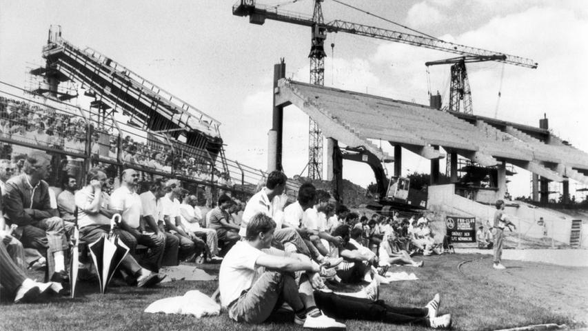 1988 wurde das Stadion umgebaut. Probleme verursachte vor allem die denkmalgeschützte Haupttribüne. Bei der Sichtung der Fundamente und Stützen hatte sich herausgestellt, dass diese beim Bau des Stadions in den 1920er Jahren nicht fachgerecht errichtet worden war. Der Erhalt des Tribünenrumpfes verursachte eine Kostensteigerung von 52 auf 68 Millionen Mark.