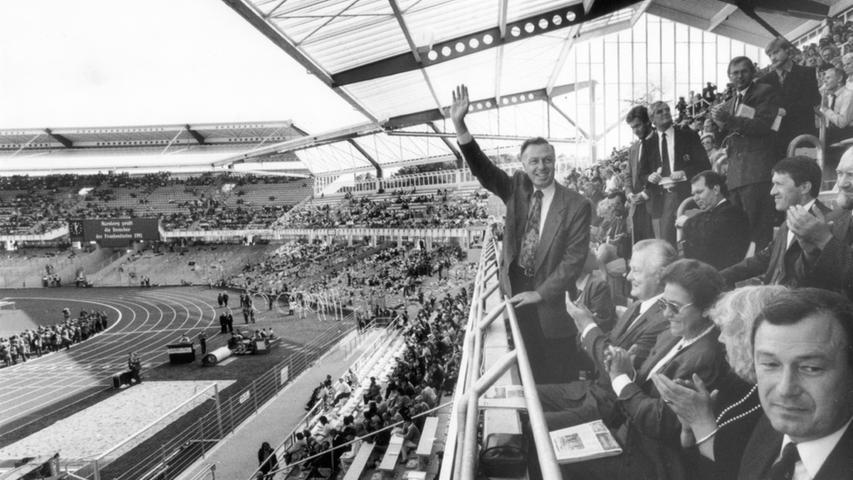 Oberbürgermeister Peter Schönlein (winkend), Günter Beckstein (vorne rechts) und Ministerpräsident Max Streibl sitzen bei der Eröffnung des Frankenstadions am 29. September 1991 in der ersten Reihe. Die Spielstätte wurde mit einem Spiel gegen Bayern München eingeweiht (1:1). Mit seiner Kapazität von 52.500 Zuschauern, davon zwei Drittel Sitzplätze, bedeutete dies für den FCN bei ausverkauftem Haus gut 900.000 DM Brutto-Einnahmen. Später wurden die Stehplätze für die Fans nochmals reduziert, so dass es beinahe zu einem reinen Sitzplatzstadion wurde - Fassungsvermögen: 44.600 Plätze.