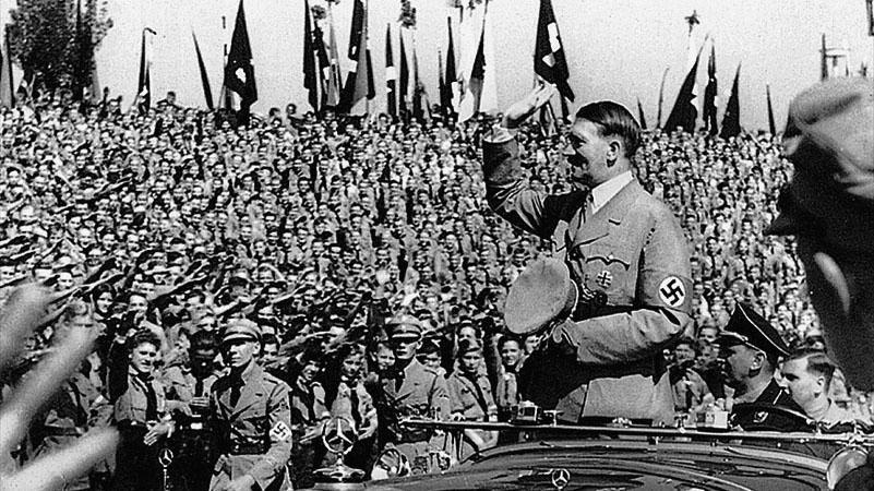 Ab 1933 legte sich ein dunkler Schatten über das Städtische Stadion, das fortan die Nationalsozialisten für sich entdeckten. Die Hitler-Jugend nutzte die Sportstätte als Aufmarschort, während Adolf Hitler in einer Rede anlässlich des Reichsparteitags 1935 hier von der deutschen Jugend forderte