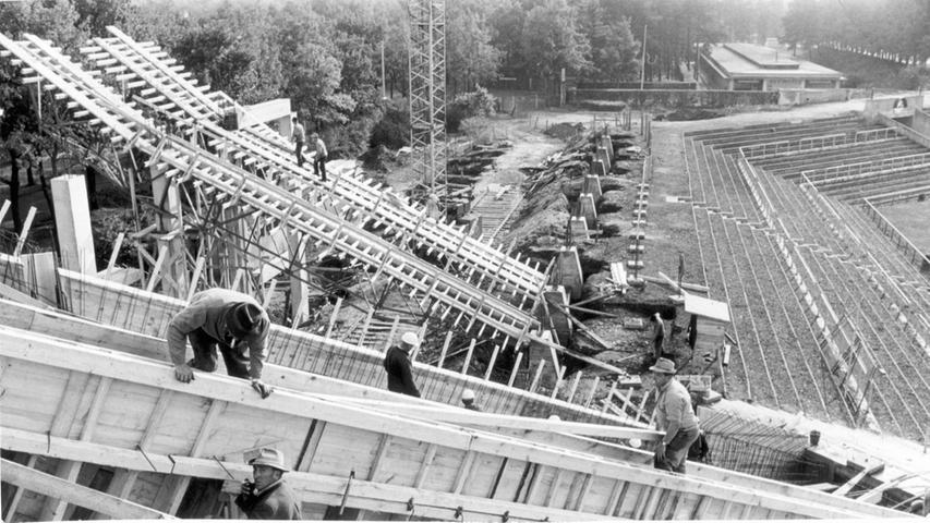 1963 wurde das Städtische Stadion für sieben Millionen Mark umgebaut. Bei seiner Fertigstellung zwei Jahre später bot es Platz für 64.238 Zuschauer. Durch Stahlrohrtribünen seitlich der Haupttribüne konnte die Kapazität um weitere 7000 erhöht werden.