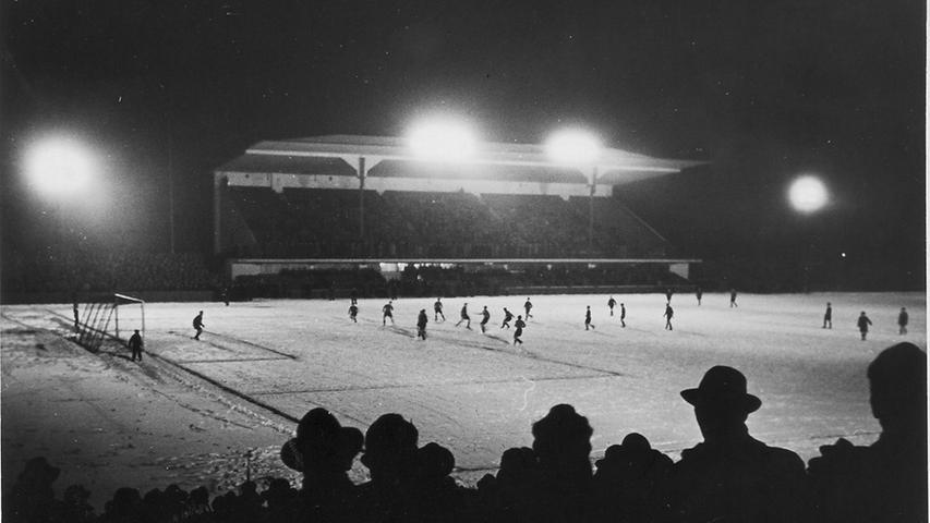 Unweit des Städtischen Stadions, in der Jochensteinstraße in Zerzabelshof, wurde am 29. Mai 1950 der 'alte Zabo' nach Aus- und Umbau wieder eröffnet (hier ein Bild von 1954). 35.000 Zuschauer hatten auf den Rängen Platz. In den nächsten Jahren zeigte sich allerdings, dass das Stadion dem Club doch nicht mehr genug war. 1963 zog der damalige Rekordmeister ins Städtische Stadion um.