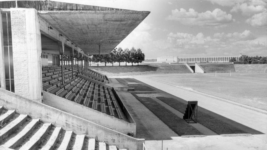 In der überdachten Tribüne im Städtischen Stadion (unser Bild stammt aus dem Jahr 1953) waren 15 Sitzreihen mit 2500 Plätzen untergebracht.