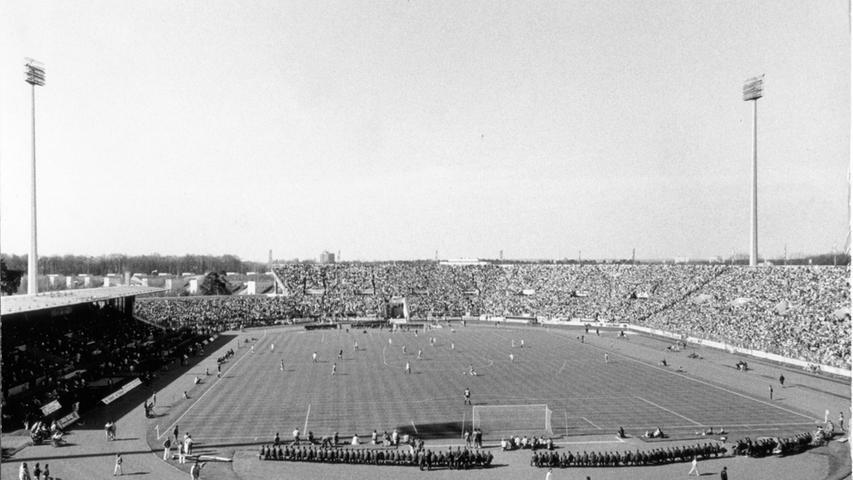 Doch zurück in Dutzendteichnähe: Markenzeichen des Nürnberger Stadions (hier ein Bild von 1988) war und ist die achteckige Form. Als ein Gutachten der Landesgewerbeanstalt feststellte, dass aufgrund des brüchigen Tribünendaches eine Gefährdung der Zuschauer gegeben sei, war das Ende des Gemäusers beschlossene Sache.
