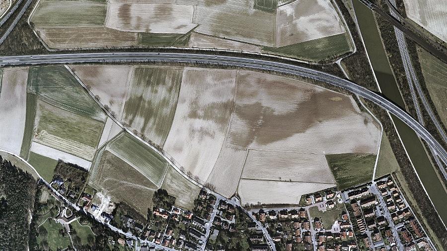 Von der landwirtschaftlich genutzten Freifläche zwischen dem Ortsrand und der Südwesttangente soll nach den Vorstellungen der Stadtverwaltung das rechte Drittel bebaut werden.Luftbild: Stadt Fürth