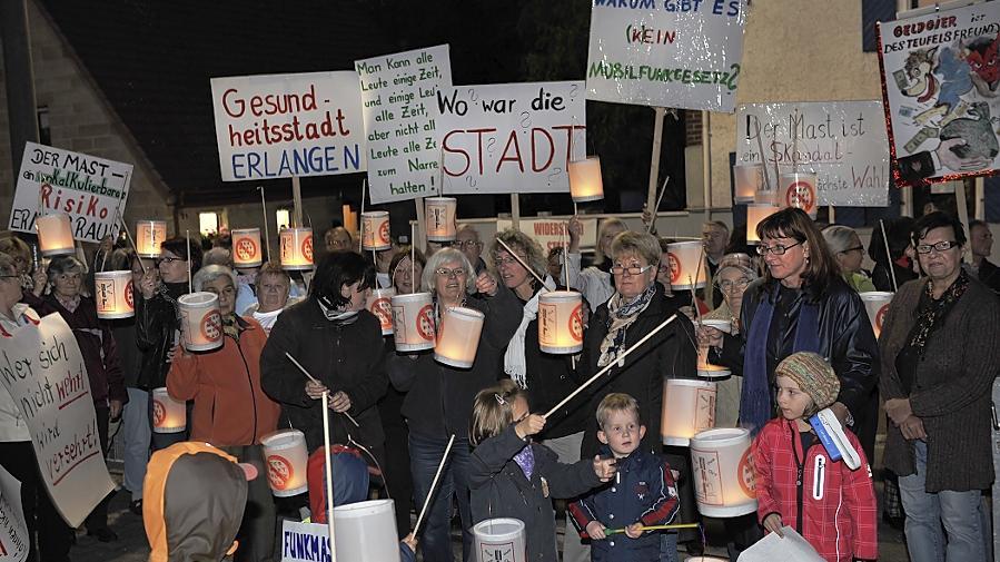 Der Protest gegen den Mobilfunkmast in Eltersdorf geht weiter. Jetzt fand die 19. Montagsdemo statt. Dafür hatten die Demonstranten Laternen gebastelt.
