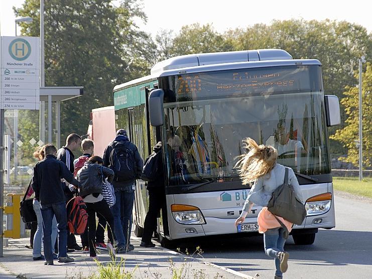 """Den Bedarf an schnellen, getakteten öffentlichen Verkehrsmitteln verdeutlicht der Erfolg der Buslinie 200, genannt """"Herzo Express"""": Hier an der Haltestelle nahe des adidas-Hauptquartiers. Gleich gegenüber würde nach Trassenplanung die StUB halten."""