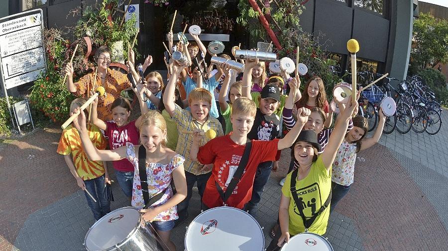 Erst wurde vor dem Oberasbacher Rathaus geprobt, dann im Stadtrat getrommelt: Die Pestalozzi-Grundschüler demonstrierten, was sie im Zuge des Musik-Projektes schon gelernt haben.