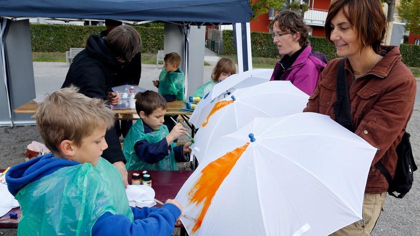 Zum Glück konnten die kleinen Besucher in Ruhe die Regenschirme bemalen und mussten sie nicht gleich unter Extrembedingungen testen.