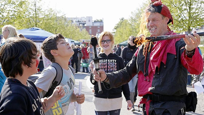 Spiel mit dem Feuer. Der Jongleur fasziniert sein junges Publikum, dem im Fürther Südstadtpark am Samstag eine Menge Unterhaltsames geboten wurde.