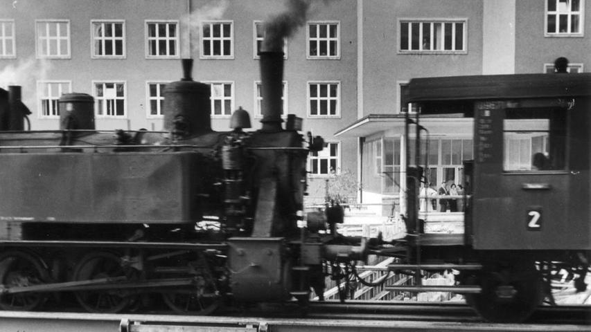 ... Erlangen vom Hauptbahnhof über das Siemens-Viertel (hier der Bau des Tunnels in der Werner-von-Siemens-Straße) bis zum Bahnhof Zollhaus. Von dort ging die Strecke weiter über die Drausnickstraße...