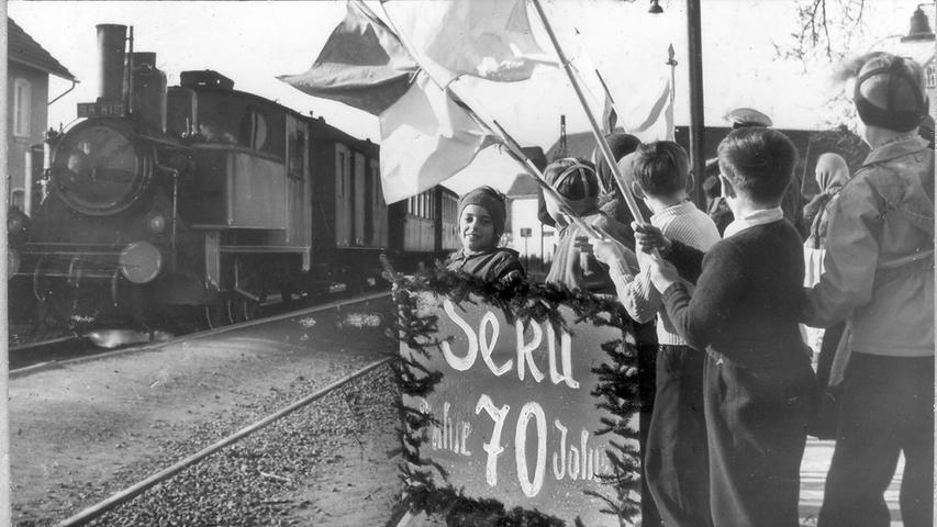 ... Gräfenberg. Der dortige Bahnhof war die Endstation der rund 28 Kilometer langen Trasse der Sekundärbahn. 1956 feierten dort die Kinder das 70-jährige Jubiläum der 1886 offiziell eingeweihten Strecke.