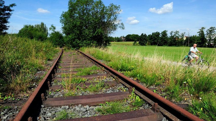 Und noch einen Vorgänger hatte die Stadt-Umland-Bahn: Die Aurachtalbahn, die seit 1894 Herzogenaurach und Erlangen verband. 1984 wurde zuerst der Personenverkehr eingestellt, 1995 die Strecke endgültig stillgelegt. Jetzt könnte mit der StUB wieder Leben auf die brach liegenden Gleise einkehren.