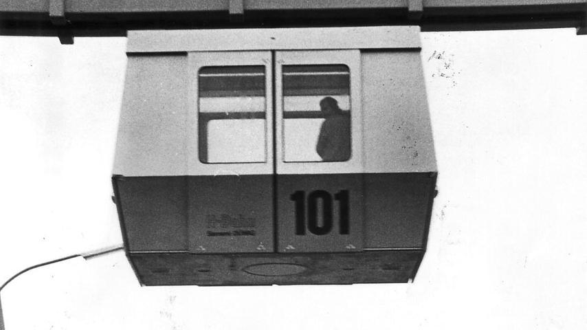Doch das Projekt blieb umstritten: Argumente wie das, die fahrerlos geplante H-Bahn würde zu Sittlichkeitsverbrechen einladen und die Höhe der Fahrbahnträger das Hineinspähen in Wohnungen erleichtern, muten heute allerdings eher absurd an. Doch es gab auch...