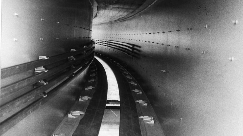 Ein Blick in das Innere des Fahrbahnträgers: Links erkennt man die vier Stromschienen für den Gleichstrommotor, der auf dem Dach der Kabine angebracht ist.