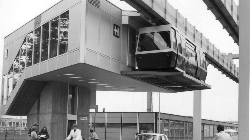 In den sechziger und siebziger Jahren lag der Schwerpunkt der Verkehrspolitik dann auf dem Individual- und Busverkehr. Dass der Schienenverkehr 1977 dennoch wieder entdeckt wurde, war der Tatsache zu verdanken, dass Erlangen Siemens-Standort ist. Das Unternehmen wollte zunächst eine Verbindung zwischen seinen einzelnen Unternehmenssitzen in der Hugenottenstadt und dem Bahnhof schaffen - mit Hilfe einer Hängebahn (H-Bahn).