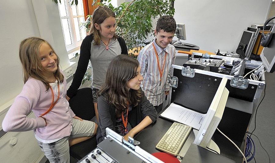"""Auch """"echt TV"""" gehört zum Projekt: Unter Federführung des Jugendmedienzentrums Connect — hier Ferienreporter bei der Arbeit —  drehen Jugendliche Videos, Teenager-Redaktionen berichten über den Fortschritt."""