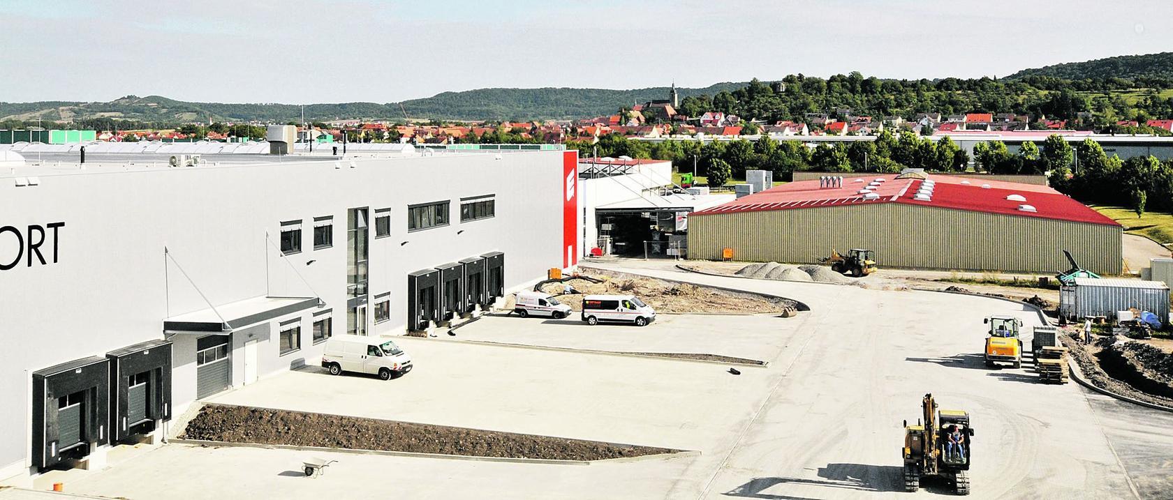 Das neue Lager und Logistikzentrum von Erhard Sport (links im Bild) ergänzt seit Kurzem den Produktionsstandort Burgbernheim.