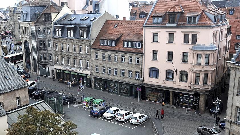 Das Geburtshaus von Ludwig Erhard (Bildmitte) soll saniert und Domizil des neuen Zentrums werden. Auf dem gegenüberliegenden Parkplatz (im Vordergrund) könnte ein Neubau das Projekt ergänzen.