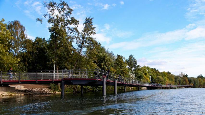 ... lang ist er geworden. Unter dem Steg wurden Vorrichtungen installiert, um die Fließrichtung im See steuern zu können. Bei der offiziellen Eröffnung ließen sich...