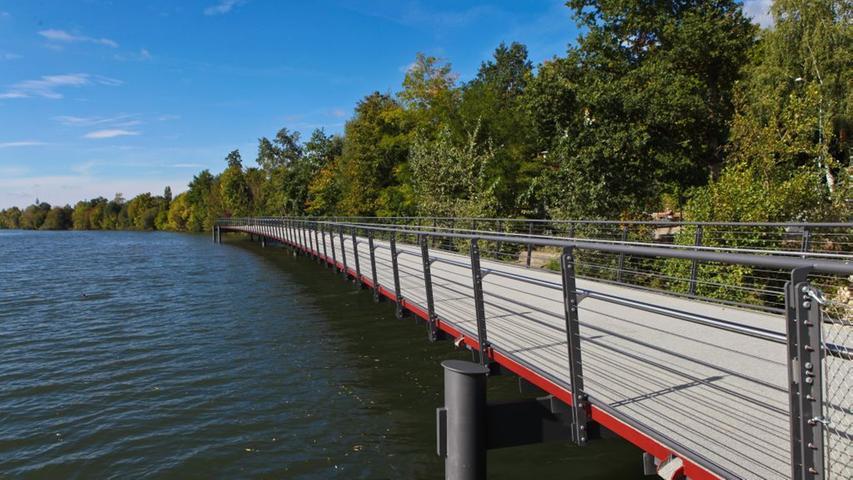 Zwölf weitere Brückenteile wurden später jeweils von der Mittelplattform aus zu den Stegenden hin eingesetzt.