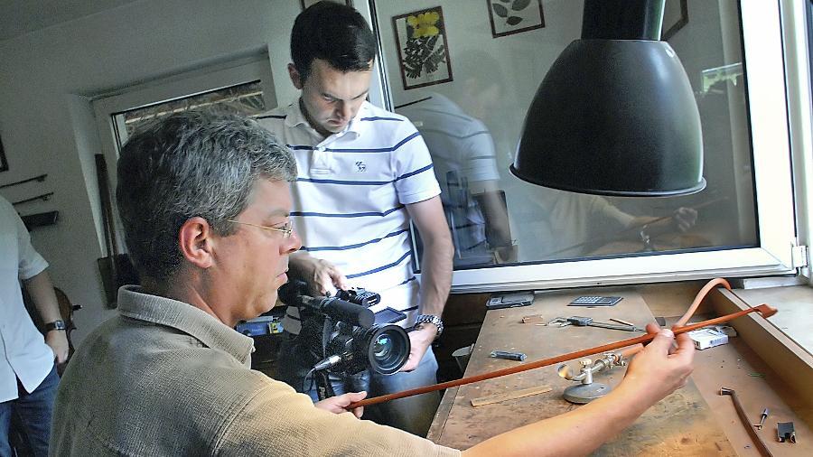 Handwerkliche Geschicklichkeit im Fokus: Sebastian Dirr zeigt vor der Kamera Kostproben seines Könnens.