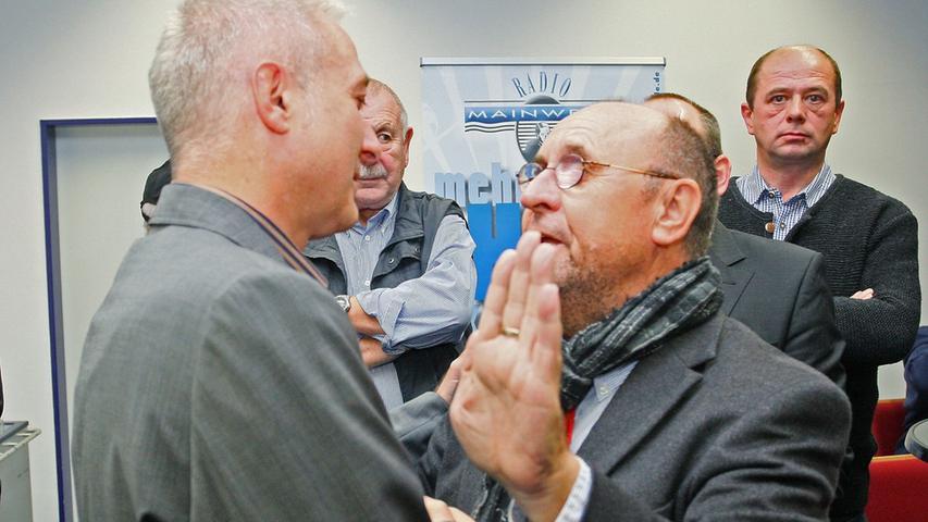 Bürgermeisterwahl in Pegnitz. Uwe Raab von der SPD, links, der mit 53,48% neuer Bürgermeister von Pegnitz ist, empfängt die Glückwünsche vom noch amtierenden Bürgermeister Manfred Thümmler, CSU, der nicht mehr zur Wahl angetreten ist. Herausforderer Wolfgang Hempfling von der CSU unterlag mit 46,52% der Stimmen.....Foto: Michael Müller