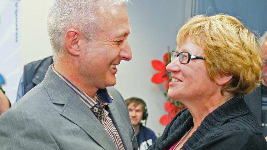 Bürgermeisterwahl in Pegnitz. Uwe Raab von der SPD, der mit 53,48% neuer Bürgermeister von Pegnitz ist, empfängt die Glückwünsche von seinen Anhängern. Herausforderer Wolfgang Hempfling von der CSU unterlag mit 46,52% der Stimmen.....Foto: Michael Müller