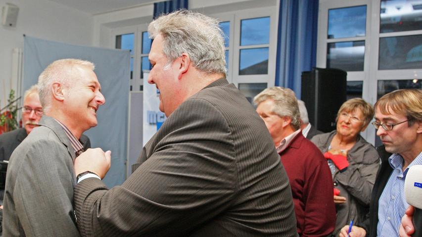 Bürgermeisterwahl in Pegnitz. Uwe Raab von der SPD, links, der mit 53,48% neuer Bürgermeister von Pegnitz ist, empfängt die Glückwünsche von seinen Anhängern. Herausforderer Wolfgang Hempfling von der CSU unterlag mit 46,52% der Stimmen.....Foto: Michael Müller